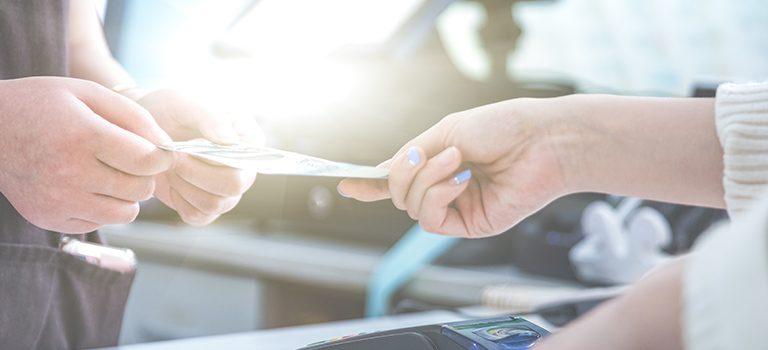 Administradores fazendo o registro e monitoramento da gestão de finanças.